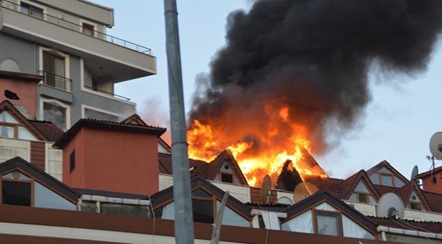 Şişlide 9 katlı binanın çatı katında yangın