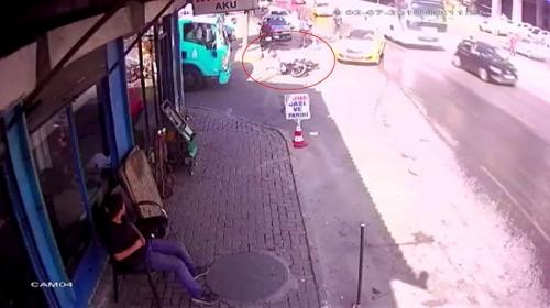 Taksinin çarptığı motosikletli kamyonun altında kalmaktan kıl payı kurtuldu