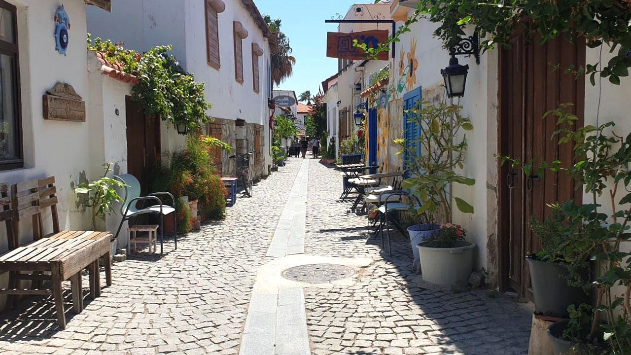 Tarihi kalesi ve renkli sokaklarıyla Sığacık
