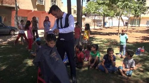 Sokak sokak dolaşıp çocuklara bayram tıraşı yapıyor