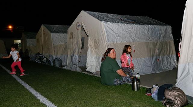 Denizli'de depremzedeler geceyi çadırda geçirdi ile ilgili görsel sonucu