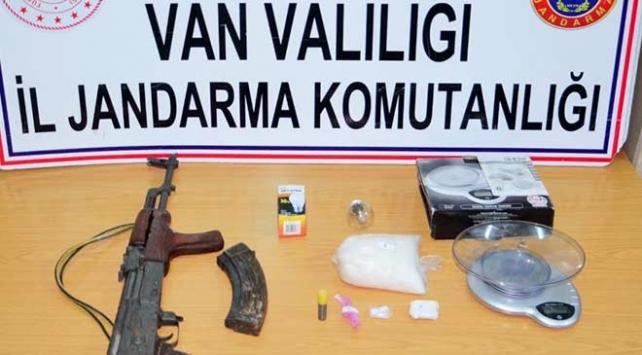Vanda silah ve uyuşturucu ele geçirildi