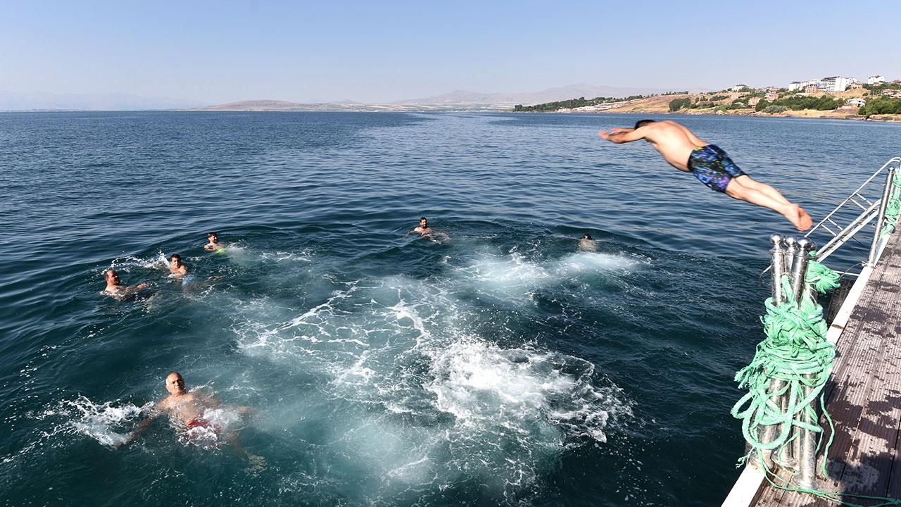 Sağlık için her sabah Van Gölünde yüzüyorlar