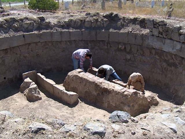 Kümbet kazısında Sultan Alaaddin yazılı sanduka bulundu
