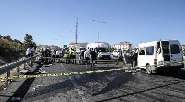 Ankarada bariyerlere çarpan minibüs devrildi