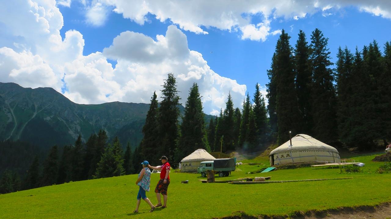 Kırgızistan da bulunan Yedi Öküz Vadisi ve Masal Kanyonu ziyaretçilerin ilgi odağı oldu