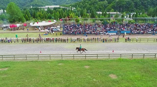 Deprem enkaz alanında artık at yarışları yapılıyor