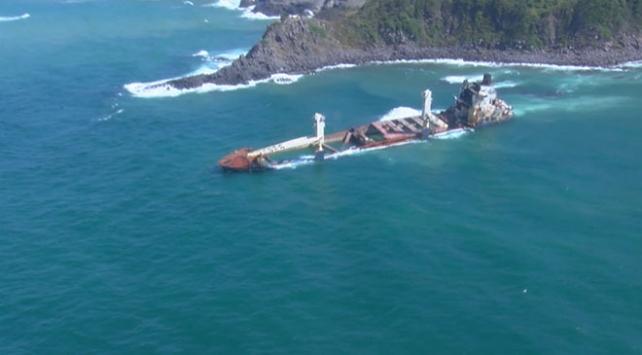 Şilede 8 ay önce karaya oturan gemi kaderine terk edildi
