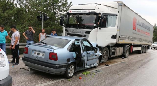 Boluda otomobille tır çarpıştı: 6 yaralı