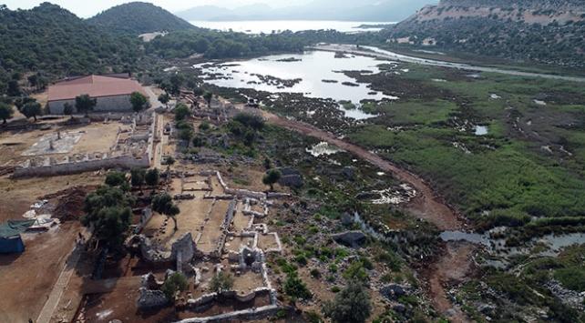 Antalya'da bronz tellerle dikilmiş kurşun zarf bulundu