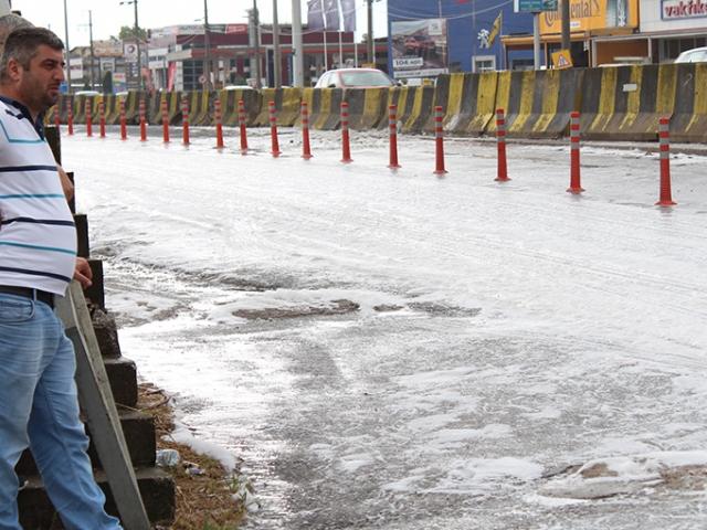 Kocaeli'de yağmur yağdı, yol köpürdü