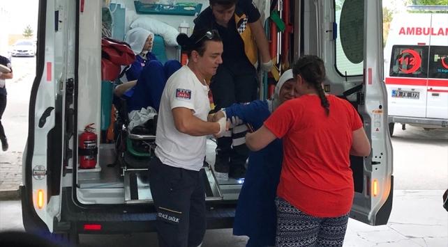 Karamanda işçi servisi devrildi: 16 yaralı