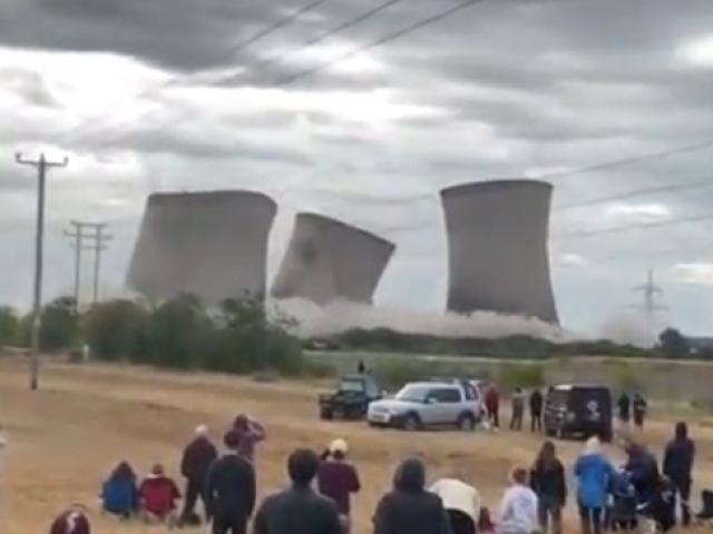 İngiltere'de soğutma kuleleri kontrollü patlamayla imha edildi