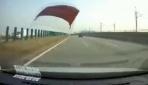 Otobanda ilerleyen otomobilin kaputu uçtu