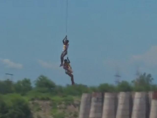 Nehirde mahsur kalan balıkçılar helikopterle kurtarıldı