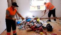 İstanbul'da belediye ekipleri çöpe dönen evi temizledi