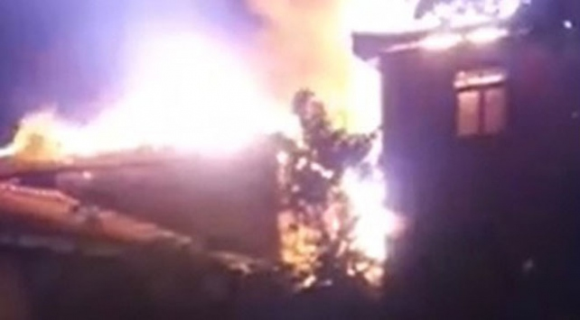 Boluda çıkan yangında 2 ev kül oldu