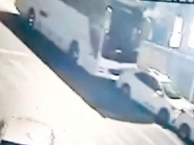 Freni boşalan otobüs park halindeki araçlara çarptı