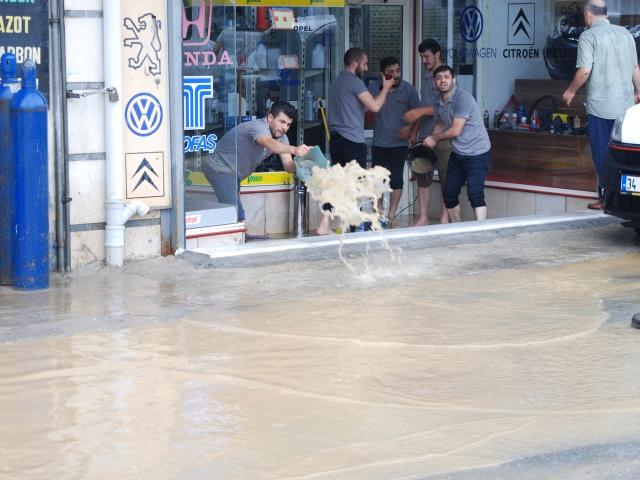 Fikirtepe'de sanayi sitesinde iş yerlerini su bastı