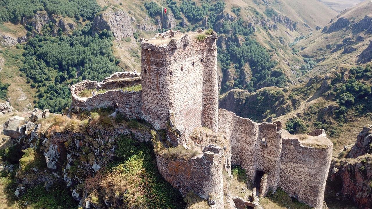 Sarp kayalıkların üzerindeki Şeytan Kalesine turist ilgisi