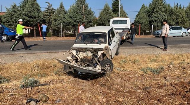 Adıyamanda minibüs ile otomobil çarpıştı: 12 yaralı