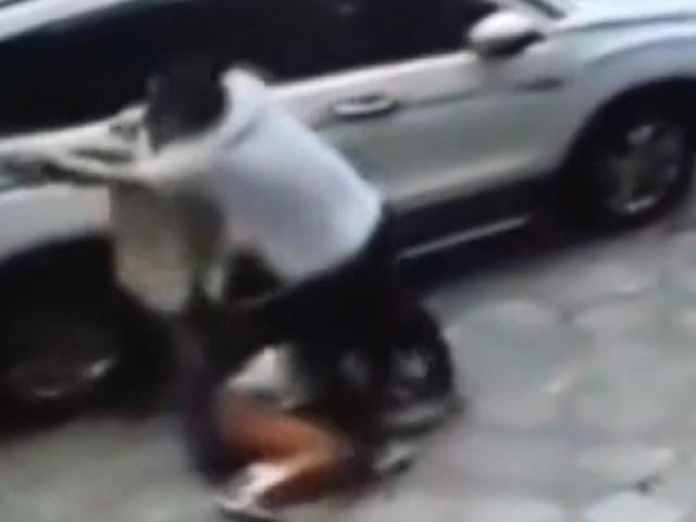 Çin'de boşanmak istemeyen adam karısına palayla saldırdı