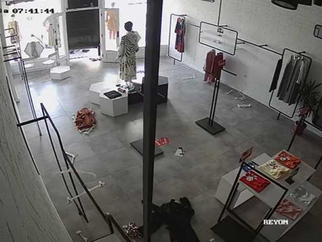 Hırsızların mağazayı soyma anı kamerada