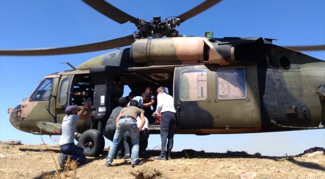Siirtte kayalıklardan düşen çoban, helikopterle kurtarıldı