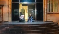 Oğlunun dağa kaçırıldığını iddia eden anne HDP önünde oturma eylemi başlattı