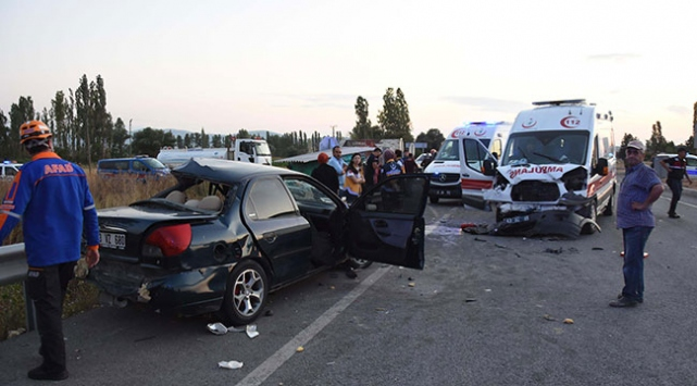 Kütahyada zincirleme trafik kazası: 3 ölü, 4 yaralı