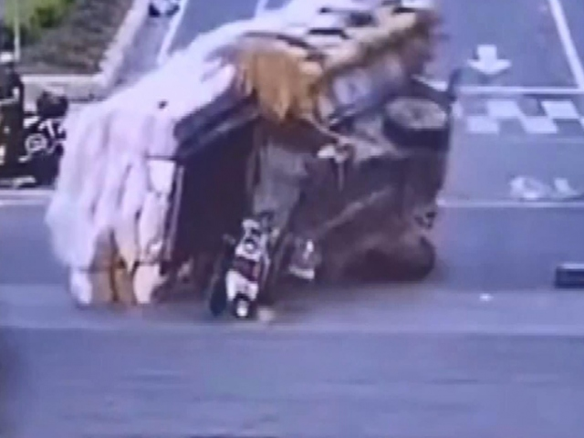 Çin'de taşıdıkları yüklerin altında kalan 2 kişiyi yoldan geçenler kurtardı