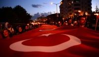 """Ahlat'ta 1071 metrekare Türk bayrağıyla """"fener alayı"""""""