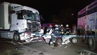 Yakıtı bittiği için kamyonla çekilen otomobile tır çarptı: 3 ölü, 2 yaralı
