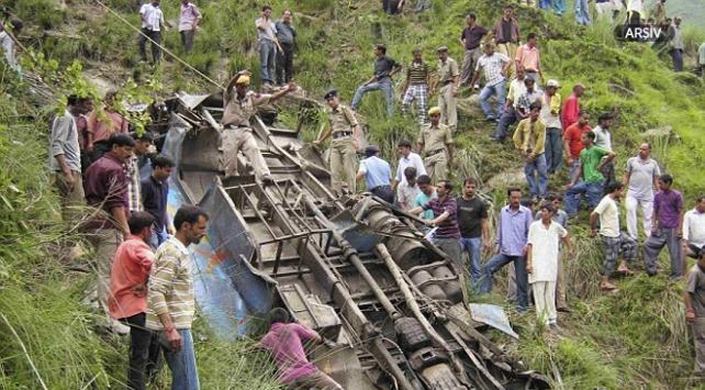 Cammu Keşmirde otobüs kazası: 7 ölü