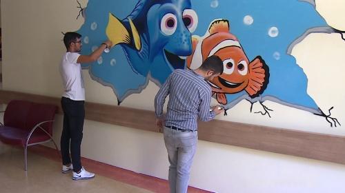 Kurumun duvarına grafiti ile yazı yazan gençlere müdür sahip çıktı