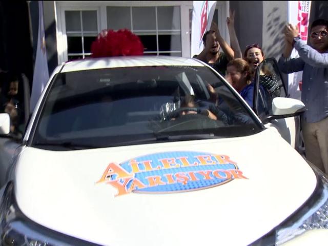 """TRT 1in """"Aileler Yarışıyor"""" programında arabalar teslim edildi"""