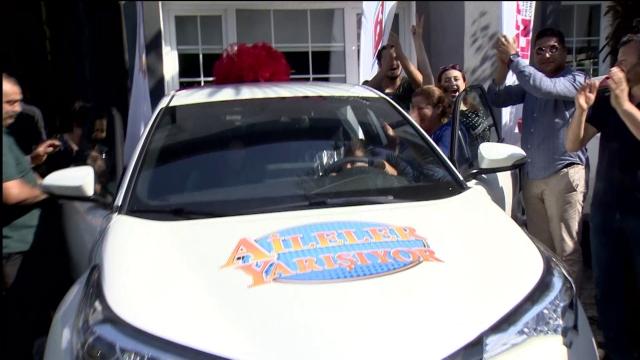 """TRT 1'in """"Aileler Yarışıyor"""" programında arabalar teslim edildi"""