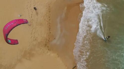 Sporcularından nefes kesen uçurtma sörfü