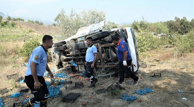 Mersinde işçileri taşıyan kamyonet devrildi: 2 ölü, 10 yaralı