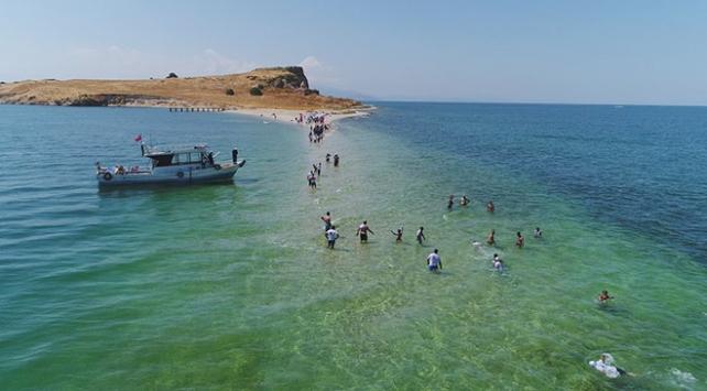 Su altındaki antik yoldan Çarpanak Adasına yüzdüler