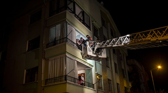 Ankarada duman saran binada mahsur kalanları itfaiyeciler kurtardı