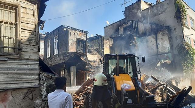 Fatihte yanan ahşap bina iş makinesiyle yıkıldı