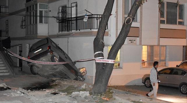 Ankarada apartmana çarpan araç yan yattı: 1 yaralı