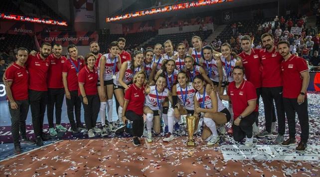 Kadın voleybolcular Türkiyenin gururu oldu