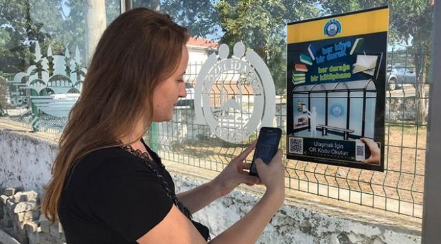 Edirne'de otobüs beklerken kitap okutan durak