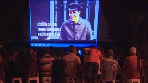 Köy meydanında sinema keyfi
