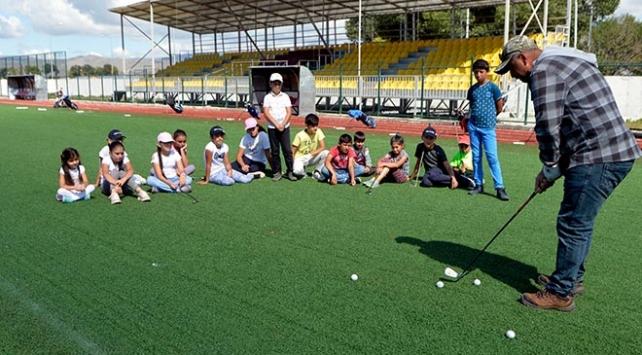 Gençlere kışın kayak, yazın golf öğretiyor