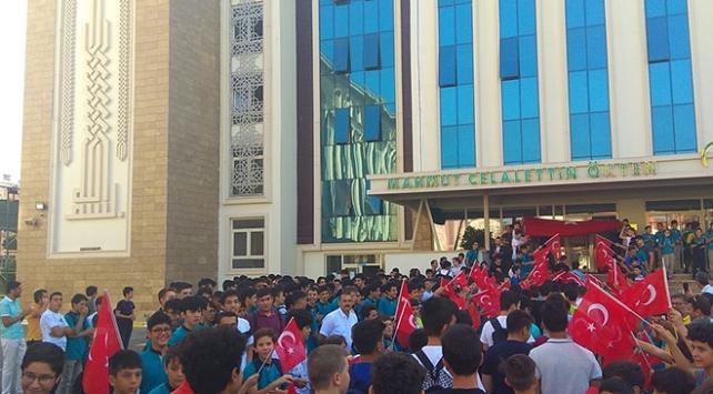 Yeni öğrencilere Türk bayraklı karşılama