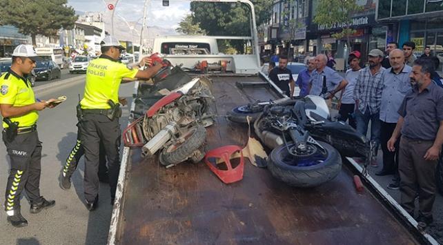 Erzincanda iki motosiklet çarpıştı: 1 ölü, 2 yaralı