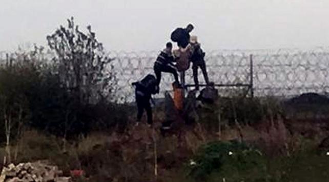 Yunanistana geçmek isteyen düzensiz göçmenler tellerde yakalandı